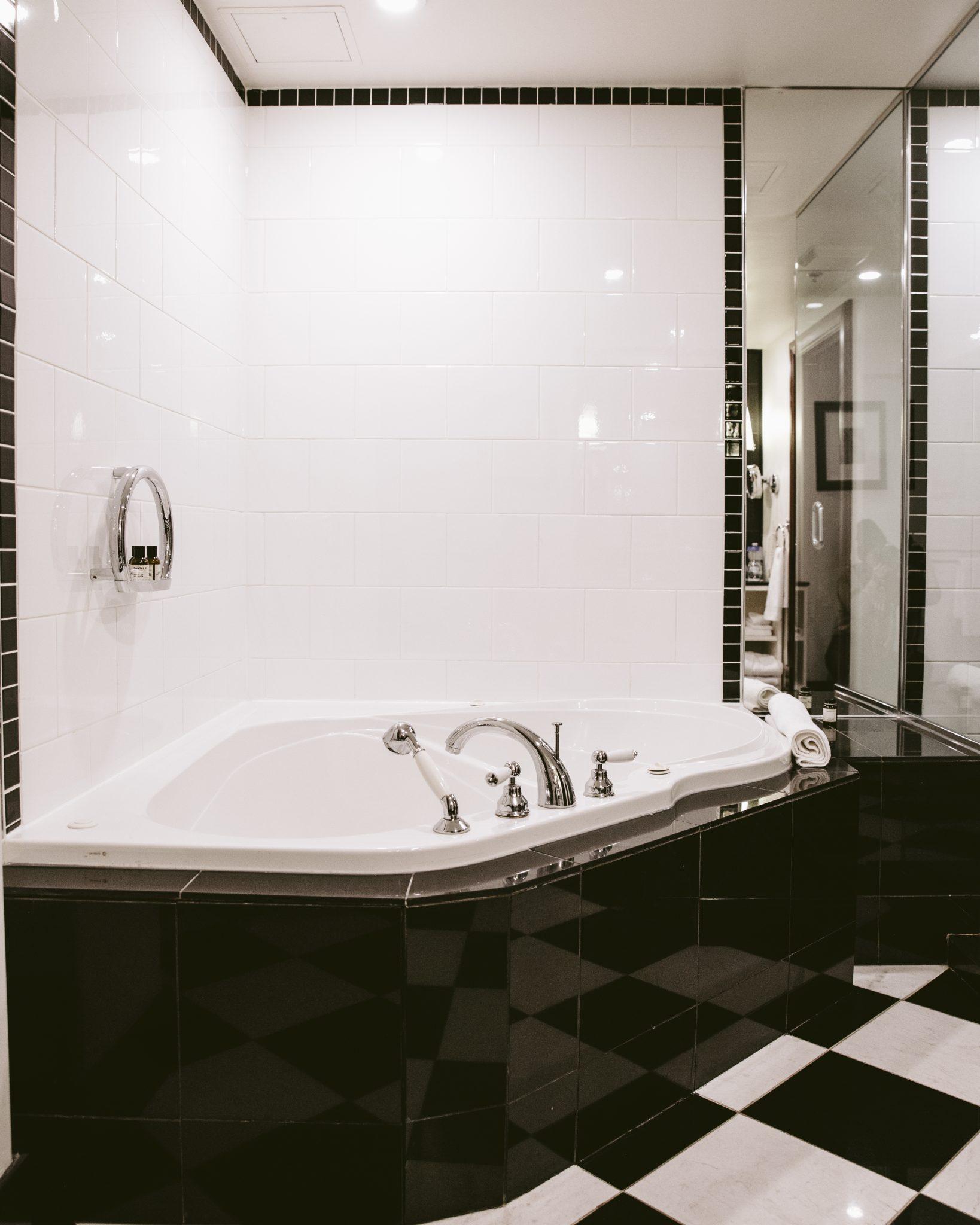 Salle de bain des chambres supérieures de l'Hôtel Place d'Armes