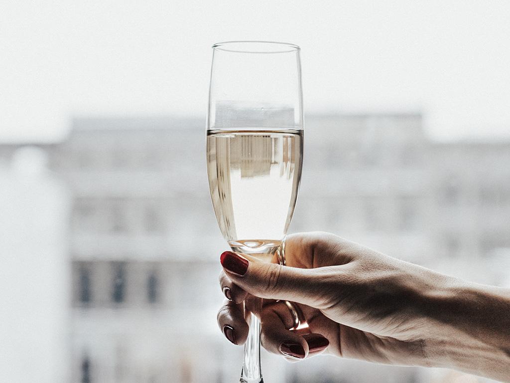 Un verre de champagne devant une vue