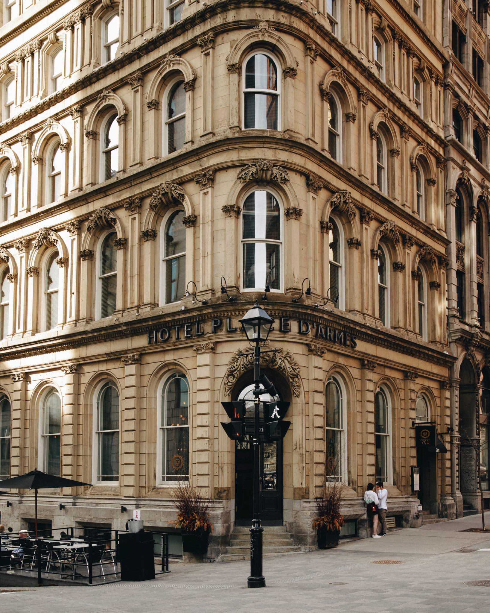 Façade de l'Hôtel Place d'Armes au coeur du Vieux-Montréal