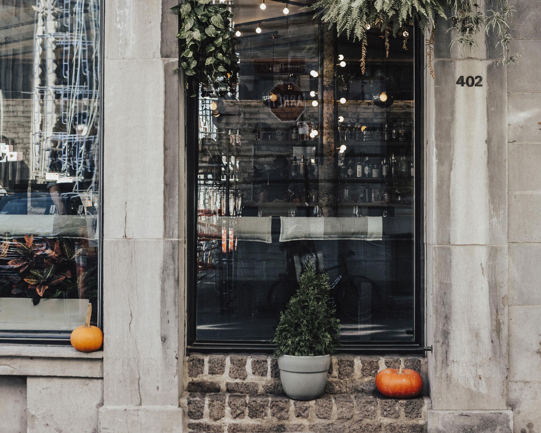 Une entrée d'un bar dans le Vieux Montréal avec des décors d'Automne